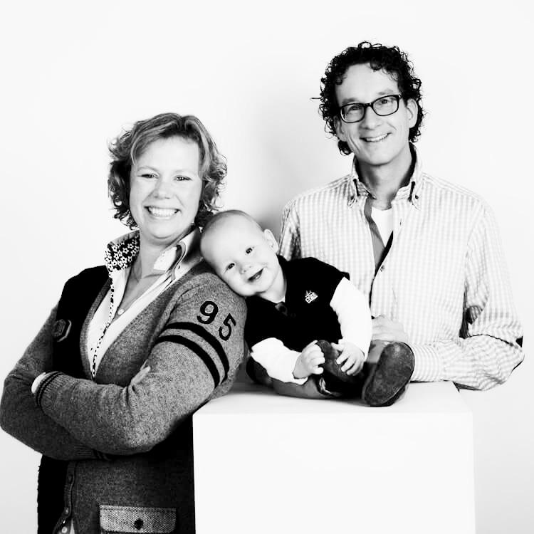 Zwart-witfoto newborn of 1 jaar fotoshoot in studio in Roden of Groningen.
