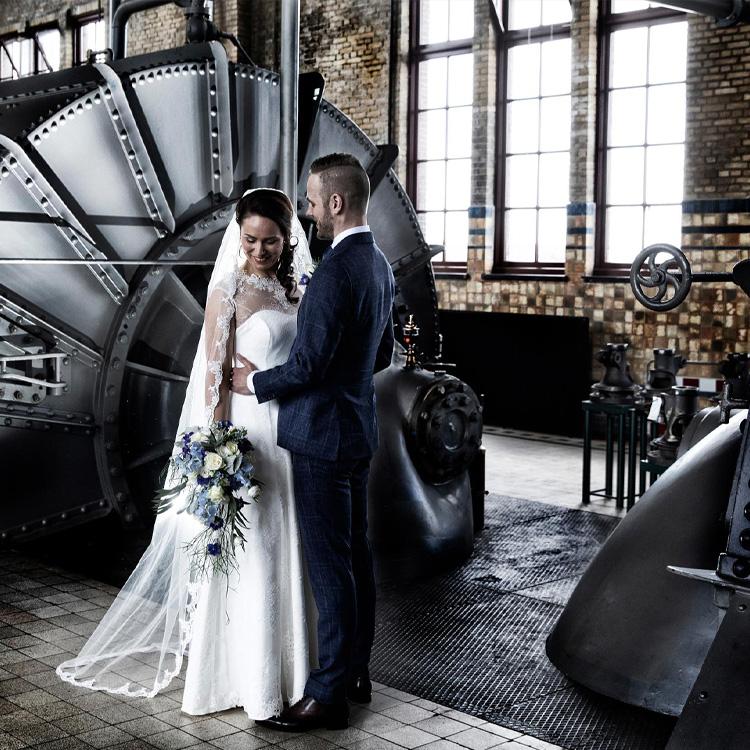 fotograaf Groningen fotograaf fotografeert bruidspaar in Friesland Lemmer bij het Woudagemaal